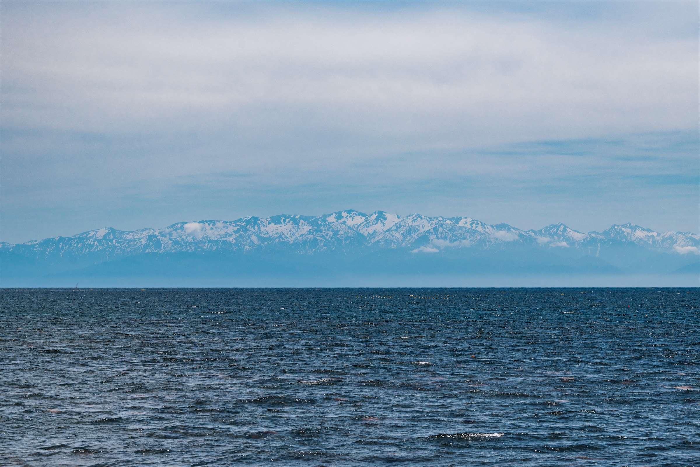 空気の澄んだ日には、海上はるか立山連峰が浮かぶことも